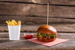 在棍子的汉堡用油炸物 免版税库存照片