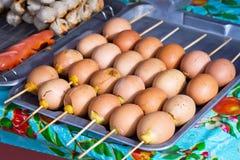 在棍子的烤鸡蛋 免版税库存照片