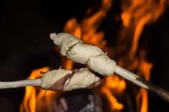 在棍子的营火面包在火 库存图片
