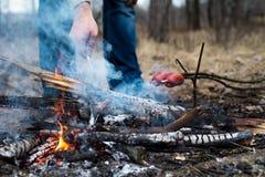 在棍子的香肠在火烤了 库存照片
