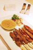 在棍子的Satay肉担当了与描述卡片的旅馆客房服务和对不锈钢胡椒&盐瓶 库存照片