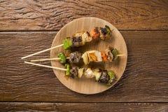 在棍子, kebab串的Bbq肉用菜棍子 库存照片