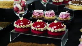 在棒棒糖桌上的特写镜头缓慢的全景与被分类的甜点 股票视频