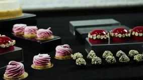 在棒棒糖桌上的缓慢的全景与富有的被分类的甜点 股票视频