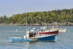 在棒港口缅因的红色空白蓝色龙虾小船 免版税库存照片