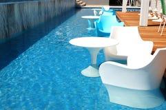 在棒附近的游泳池在现代豪华旅馆 免版税库存图片