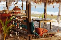 在棕榈叶的木海滩眺望台 免版税库存照片