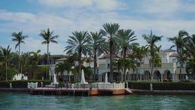 在棕榈树和私有船坞之间的豪华豪宅在晴朗的小岛的星海岛上靠岸,迈阿密 股票视频