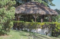 在棕榈树山顶房顶的传统眺望台享受凉爽的微风和风景 库存图片