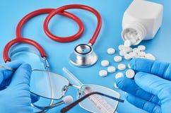 在棕榈的年轻人的手举行药片片剂 医疗保健,医疗和配药概念 E 免版税库存照片