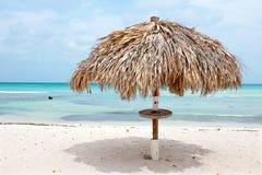 在棕榈滩的沙滩伞在阿鲁巴加勒比 库存照片