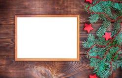 在棕色墙壁上的空的木制框架 图库摄影