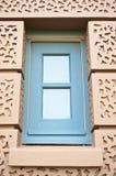 在棕色墙壁的蓝色方形的窗口在盛大宫殿 免版税库存照片
