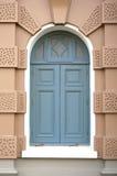 在棕色墙壁的蓝色窗口在盛大宫殿 免版税库存图片