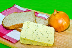 在棕色干酪葱上添面包 免版税库存照片
