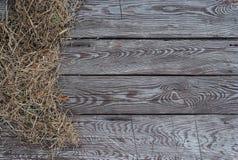 在棕色年迈的木板背景的干草 库存照片