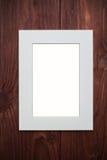 在棕色木书桌上的空的照片框架 图库摄影