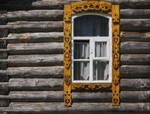 在棕色木墙壁上的窗口 免版税库存照片