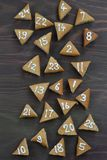 在棕色木头的25个被编号的出现曲奇饼 免版税库存图片