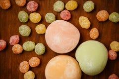 在棕色木桌上的传统mochi米糕与五颜六色 免版税库存图片