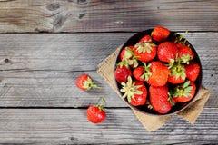 在棕色木桌上的新鲜的草莓 库存图片