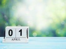 在棕色木桌上的木刻日历 免版税库存图片