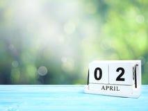 在棕色木桌上的木刻日历 库存照片
