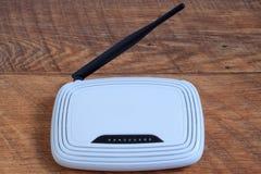 在棕色木桌上的Wi-Fi无线路由器 免版税库存图片