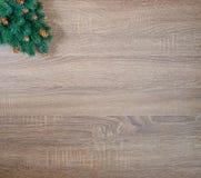 在棕色木纹理背景的圣诞树 免版税库存图片