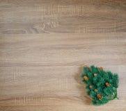 在棕色木纹理背景的圣诞树 免版税库存照片