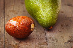 在棕色木老桌上的湿鲕梨核心 免版税库存图片