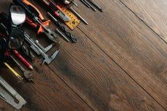在棕色木背景的建筑工具 在视图之上 图片背景,屏幕保护程序 建筑, r的概念 免版税图库摄影