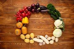 在棕色木背景的新鲜蔬菜 免版税库存照片