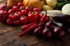 在棕色木背景的新鲜蔬菜 免版税图库摄影