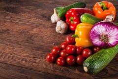 在棕色木背景的新鲜蔬菜 免版税库存图片