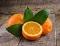 在棕色木背景的橙色果子 免版税库存图片