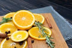 在棕色木背景的橙色果子 库存照片