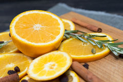 在棕色木背景的橙色果子 免版税库存照片