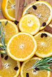 在棕色木背景的橙色果子 库存图片