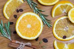 在棕色木背景的橙色果子 免版税图库摄影