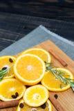 在棕色木背景的橙色果子 图库摄影
