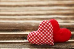 在棕色木背景的爱心脏 免版税库存图片