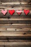 在棕色木背景的爱心脏 库存照片