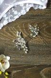 在棕色木背景的白色新娘鞋带女用贴身内衣裤 Fasi 库存图片