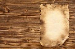 在棕色木背景的老纸 免版税库存图片