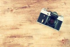 在棕色木背景的葡萄酒老照相机。文本的室。 库存照片
