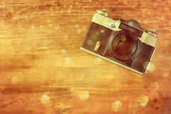 在棕色木背景的葡萄酒老照相机。文本的室。 免版税图库摄影
