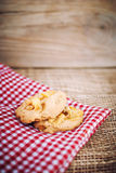 在棕色木头的五谷曲奇饼 免版税库存照片