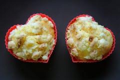 在棕色板材的两松饼心脏 可爱的早晨早餐浪漫标志 库存图片