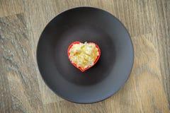 在棕色板材的心脏松饼 可爱的早晨早餐浪漫爱标志 免版税库存照片